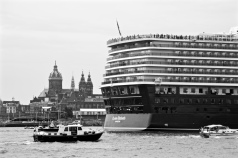 Queen Elizabeth Leaves Amsterdam